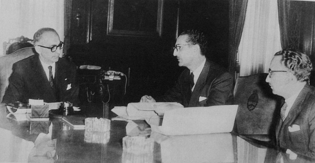 En_reunión: El presidente Arturo_ Frondizi con el rector de la UBA Risieri Frondizi