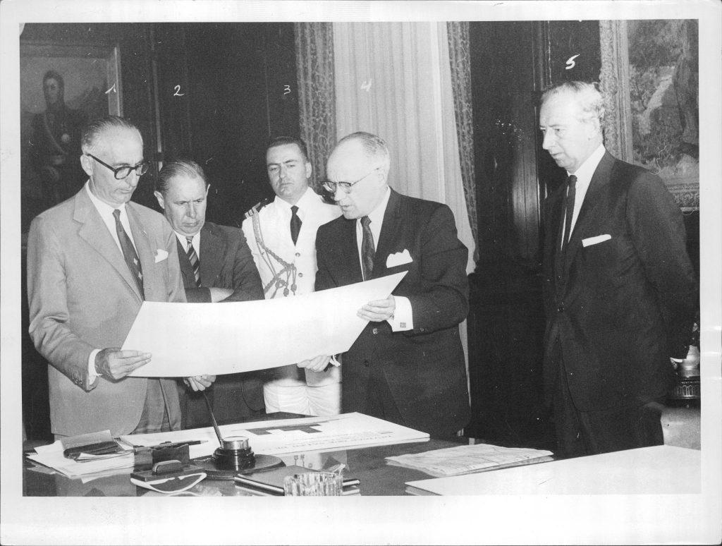 El presidente Frondizi analiza unos documentos junto al ministro Alsogaray.