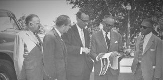 Arturo Frondizi junto a empresarios de la industria automotriz. 1960