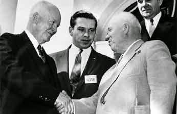 Eisenhowe estrecha la mano con el premier Kruschev. En el mundo nuclear debe imperar la coexistencia pacífica.