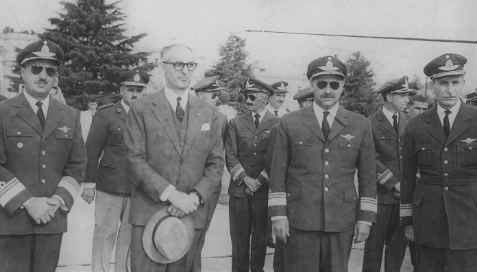 Arturo Frondizi gobernó bajo constante presión milita .