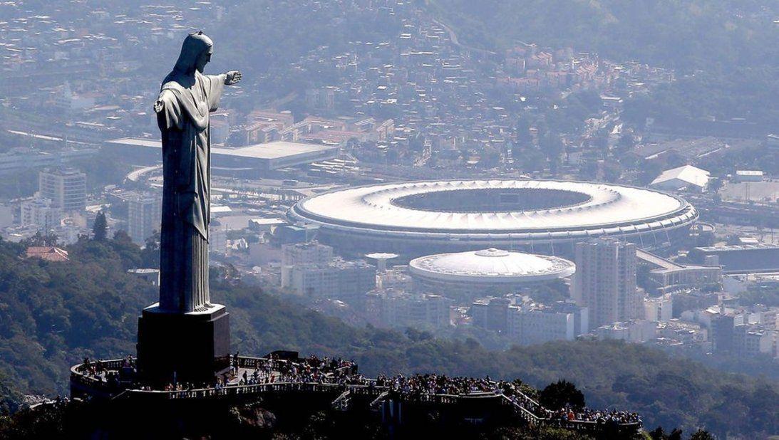 Panorámica de Rio con el Cristo Redentor y el Estadio Olímpico de fondo