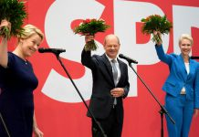 Scholz y Giffey, candidatos socialdemócratas, celebran en Berlín el triunfo en las votaciones.