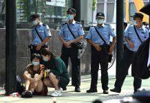 Escenas de las protestas de clientes estafados frente a la sede central de Evergrande en Guangzhou. Fuente AFP