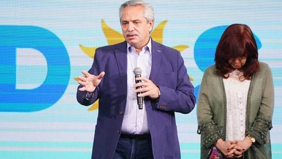 El presidente Alberto Fernández habla mientras la vicepresidenta Cristina Kirchner escucha con la cabeza baja. Foto: ARGRA