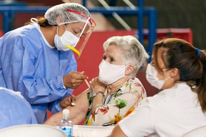 Una adulta mayor es vacunada contra el COVID 19. Fuente: La Nación/Marcelo Aguilar
