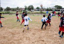 Partido de fútbol en un potrero en un barrio popular de Buenos Aires.
